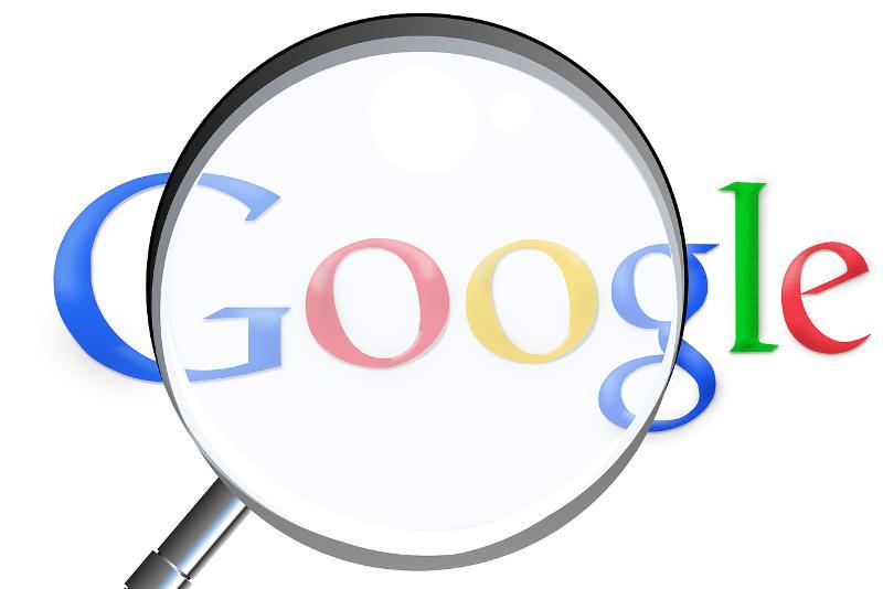 Bild mit dem Schriftzug Google unter eine Lupe als Synonym für Suchmaschinenoptierumg Tipps und Tricks