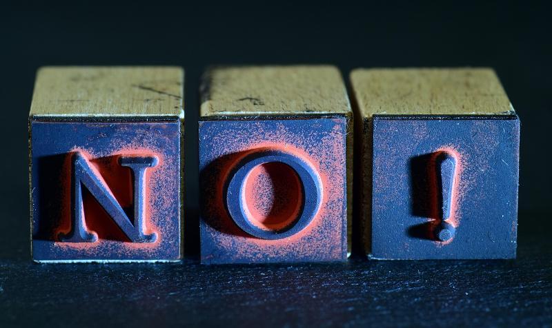 Drei Würfel mit den Buchstaben N, O und Ausrufzeichen als Sinnbild für schlechte Hosting Planung