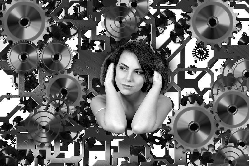 Frau mit Zahnrädern um sich herum als Sinnbild für die Suchmaschinenoptimierung