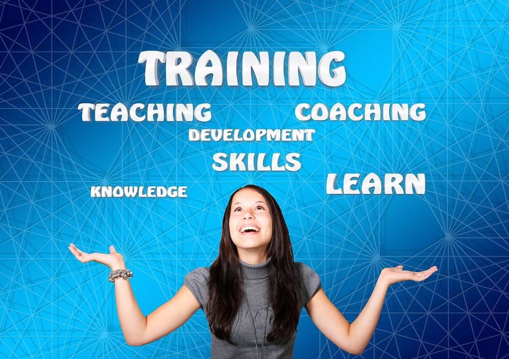 Auf dem Bild ist eine junge Frau mit Begriffen aus dem SEO Workshop