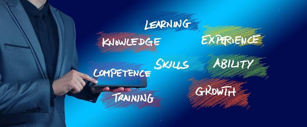 Grafik mit Teilausschnitt eines Mannes bei einer Online Marketing Schulung
