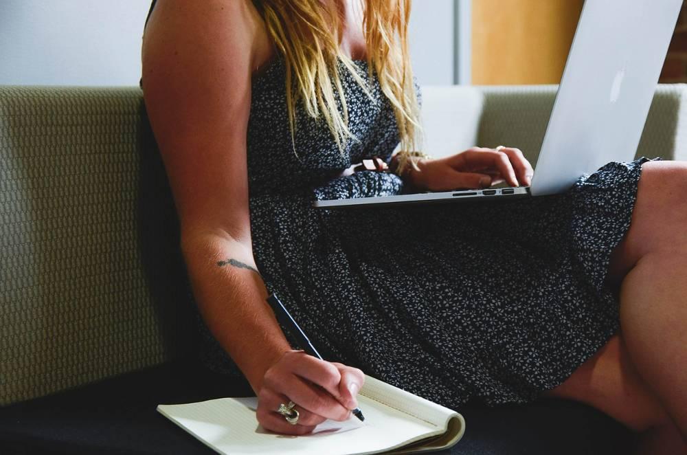 Frau am Computer die unseren SEO Workshop online durcharbeitet. Vielleicht ist diese einer der SEO-Experten von Morgen.
