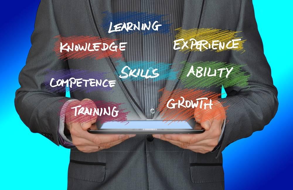 Grafik mit Mann und Tablett zum Thema Inhouse Marketing Schulungen sowie SEO Workshops vor Ort