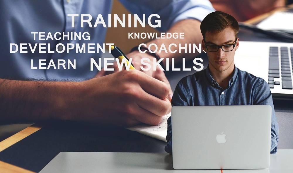 Mann am Notebook und im Hintergrund einige Begriffe rund um den SEO Workshop online Ihrer SEO-Experten