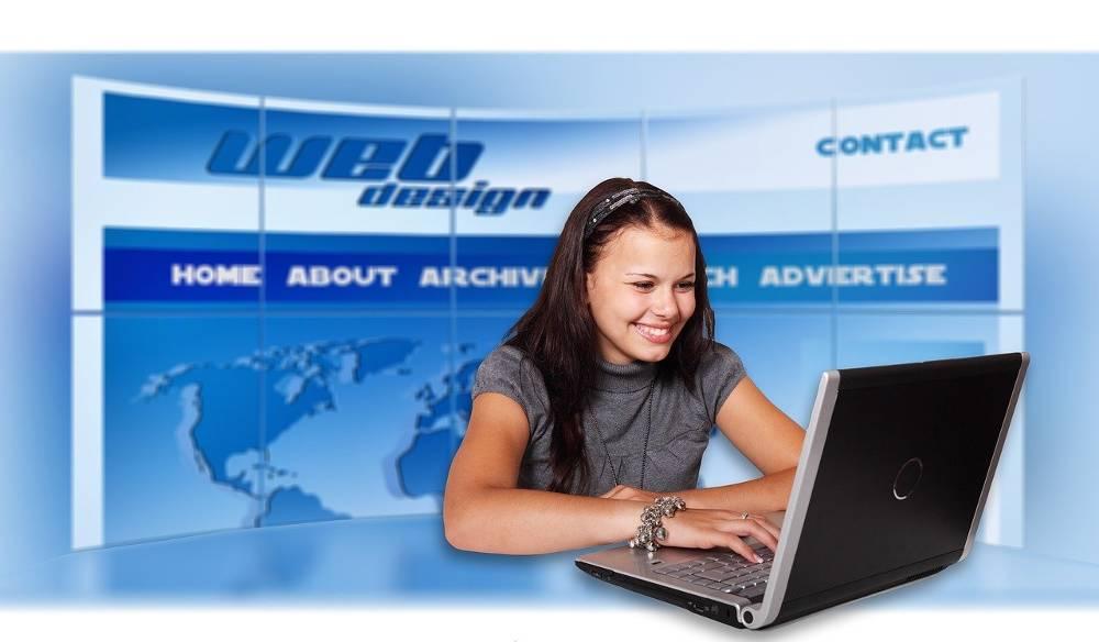 Bild zeigt eine Frau am Notebook der Webagentur für Nordrhein-Westfalen